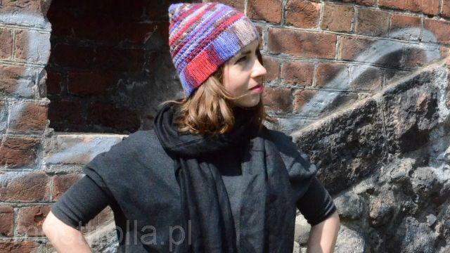 Ranafe w kolorowej czapce, zrobionej na szydełku